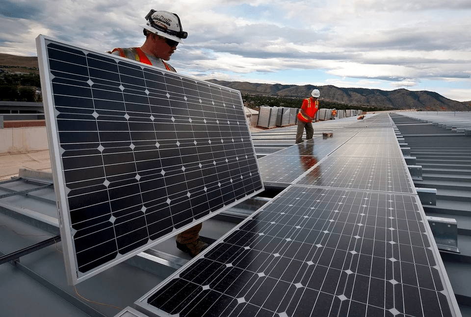 Técnicos instalando paneles solares